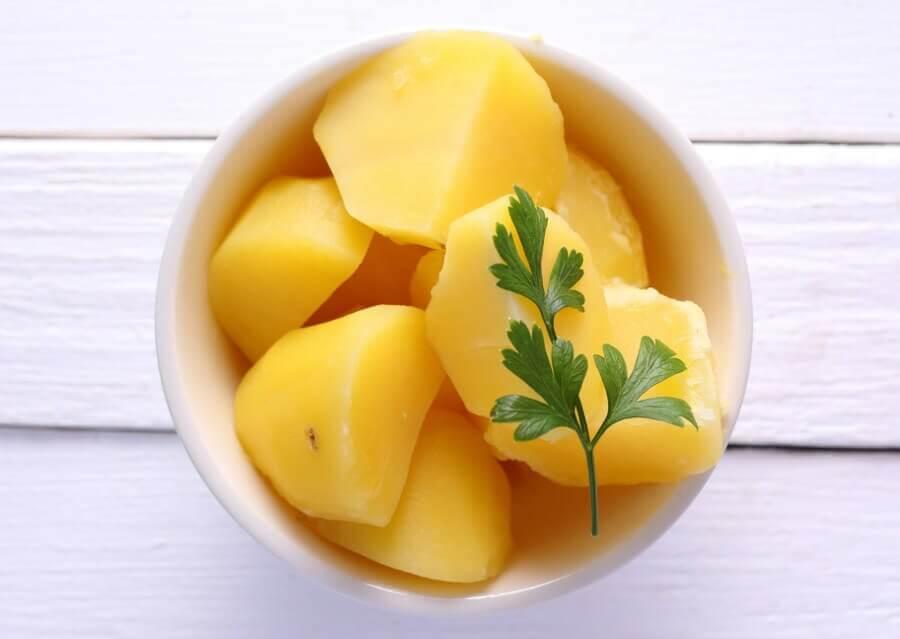 Las patatas cocidas no engordan y reducen la tensión arterial, según un estudio