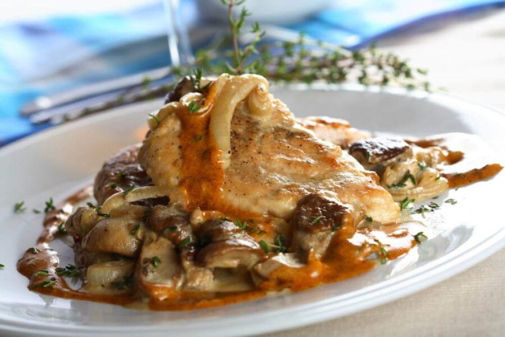 Pollo asado con salsa de boletus