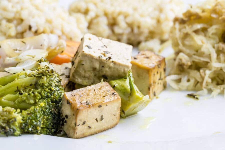 Comida macrobiótica sana: Tofu con verduras y arroz integral orgánico