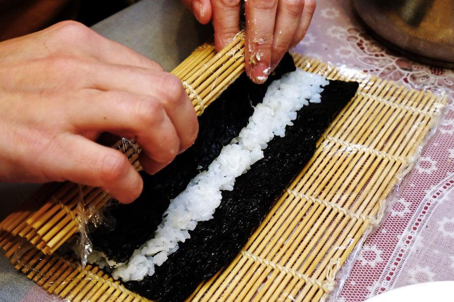 Haciendo rollos de sushi