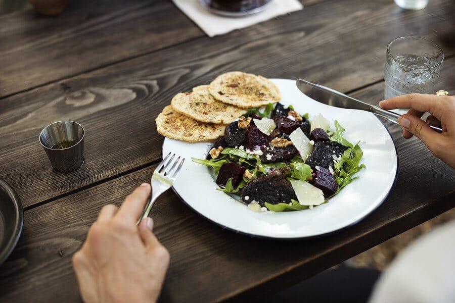 persona comiendo comida sana