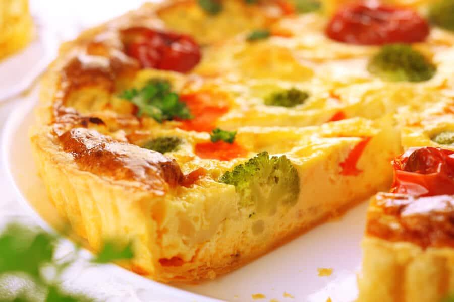 quiche de queso y verduras con brocoli coliflor zanahorias y tomates