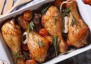 Muslos de pollo al horno con verduras [Receta fácil y ligera]
