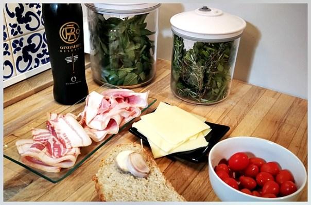 tosta de bacon, jamón, queso y tomatitosa de bacon, jamón, queso y tomatitos
