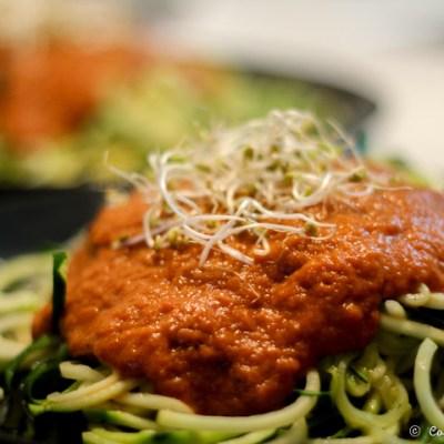 Espaguetis de calabacín con salsa de tomate