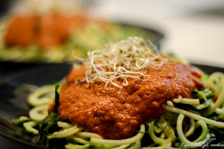 espaguetis de calabacin con salsa de tomate