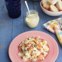 Ensaladilla de patata, palitos de cangrejo, atún y lactonesa