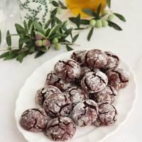 """Galletas craqueladas de chocolate y aceite de oliva virgen extra, """"aove""""."""