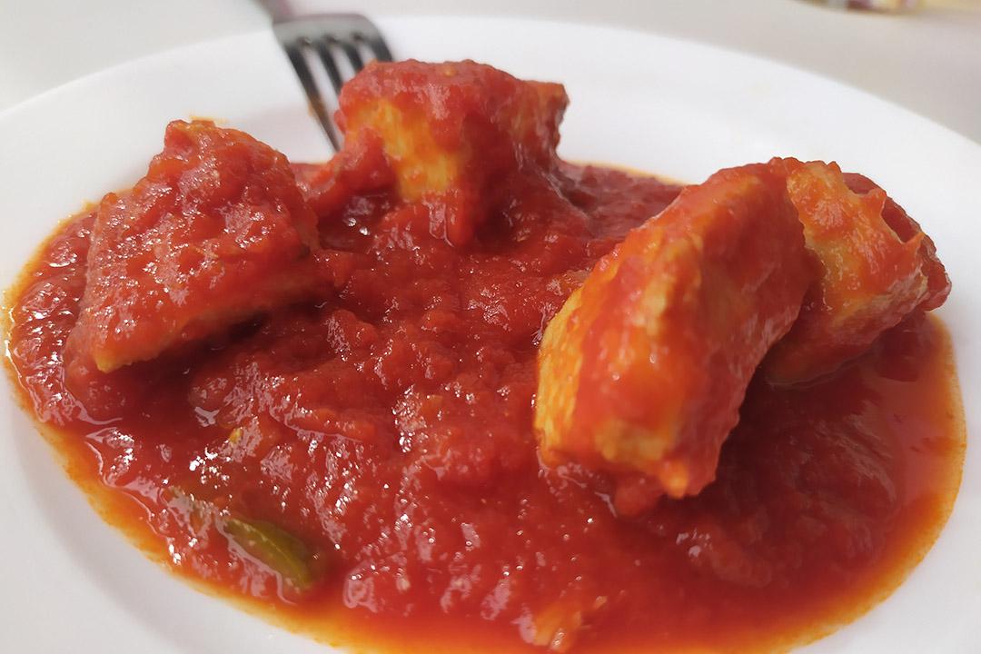 Atún con tomate.