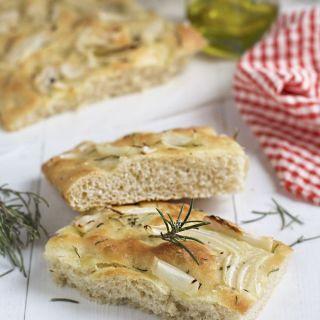 Focaccia, pan italiano, con cebolla y romero