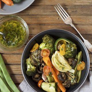 Verduras al horno con aliño de albahaca y parmesano