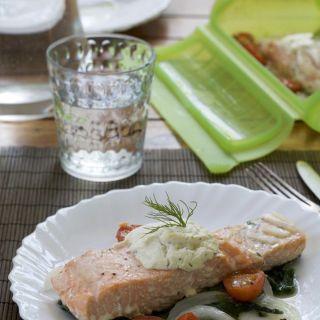 Salmón con espinacas y queso finas hierbas (Lékué)