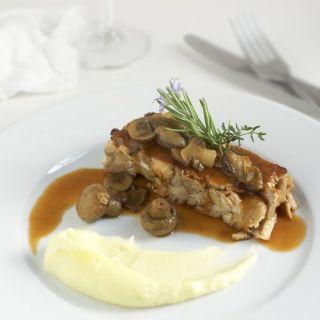 Terrina de conejo y setas con puré de patata trufado