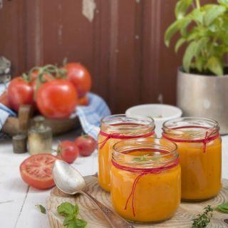Sopa de tomates asados aromatizada con albahaca y tomillo