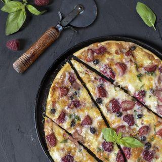 Pizza de queso de cabra, frutos rojos y panceta