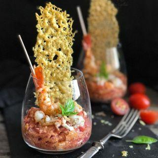 Tomates cherry estofados con gambas, feta y teja de parmesano