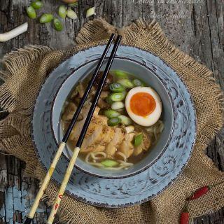 Ramen japonés de pollo y setas shiitake