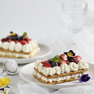 Tartas de hojaldre individuales con nata o trufa y fruta fresca
