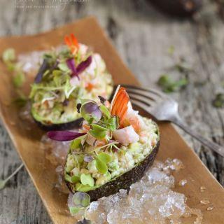Aguacates rellenos de ensalada de cangrejo y langostinos