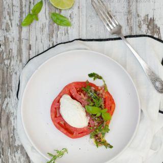 Ensalada de tomate con crema de queso ricotta y rúcula