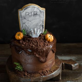 Tarta para Halloween de chocolate con tumba de galleta