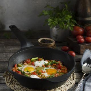 Huevos a la flamenca en sartén con verduras y burrata