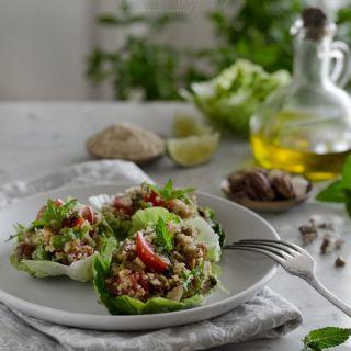 Ensalada de quinoa en tacos de cogollo de lechuga