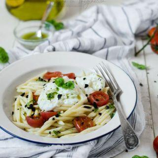 Pasta con tomates cherry asados, burrata y olivas negras