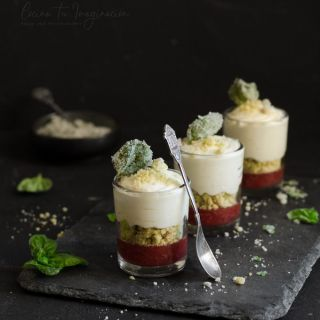 Mousse de chocolate blanco con crujiente de alga wakame