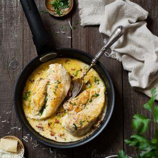 Pollo con salsa cremosa de queso Parmesano, fácil y rápido