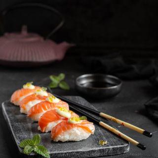 Nigiris de salmón ahumado con mayonesa de wasabi