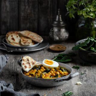 Garbanzos al curry con espinacas, calabacín y pan naan