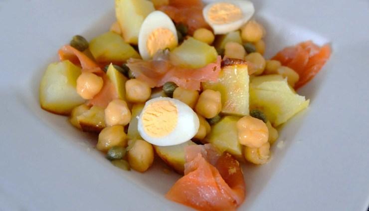 receta de ensalada de garbanzo y patatas asadas con salmon - recetas de ensaladas de legumbres - recetas de ensaladas de patatas - recetas realfooding o real food