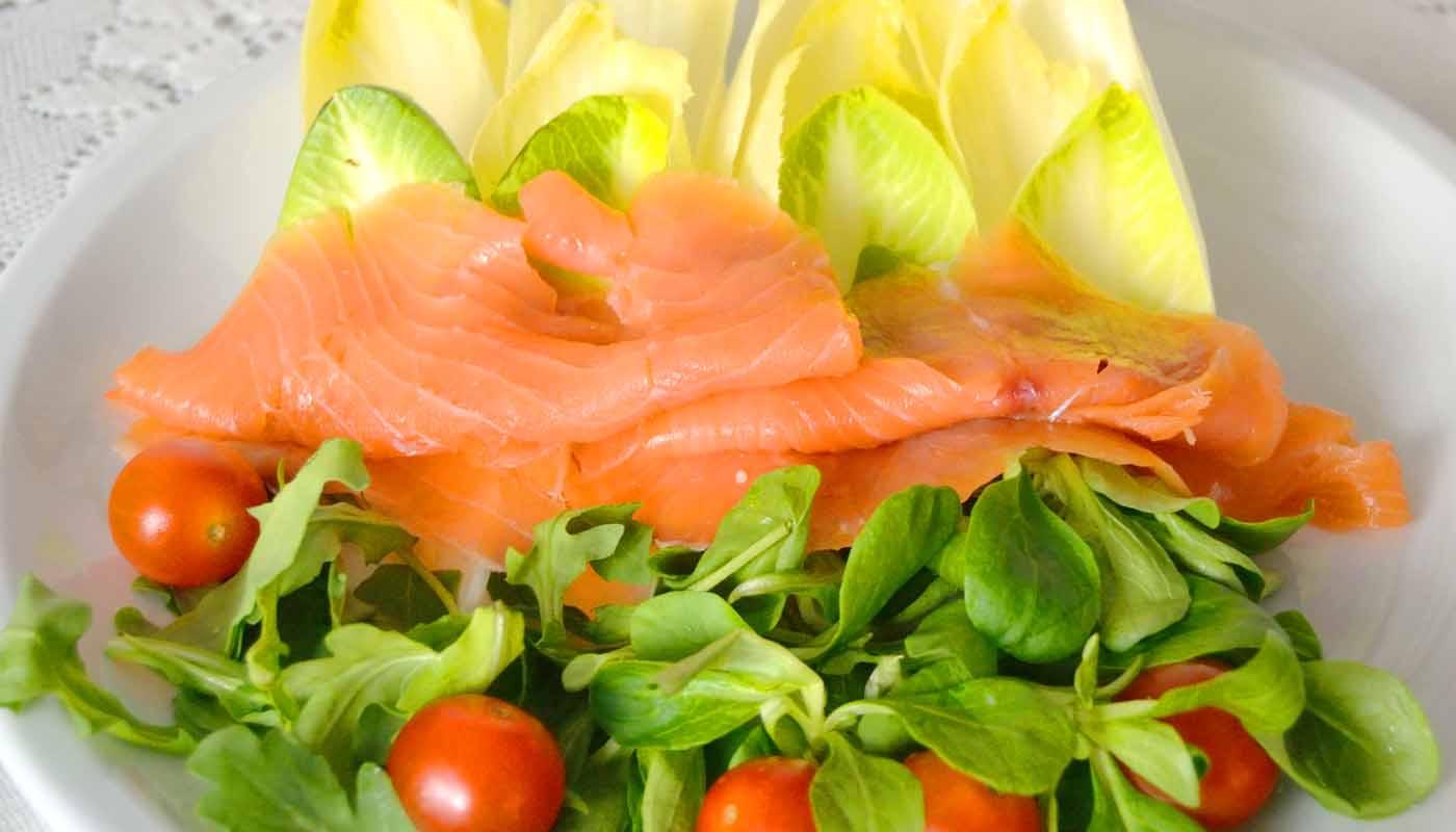 Receta de ensalada de canónigos y salmón - recetas de ensaladas - recetas realfooding o real food