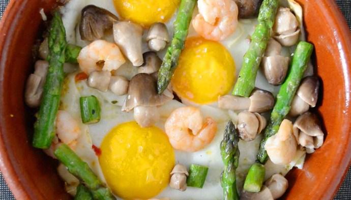 Receta de huevos al horno con gambas, setas y espárragos - recetas de huevos - recetas realfooding o real food