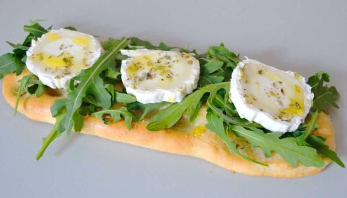 Receta de coca casera de rúcula y queso de cabra - recetyas de pizzas caseras y bases con topping - recetas con queso - recetas realfooding o real food