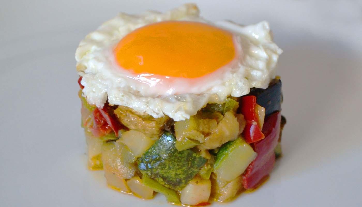 Receta de huevos fritos con ratatouille - recetas de huevos - recetas realfooding o real food