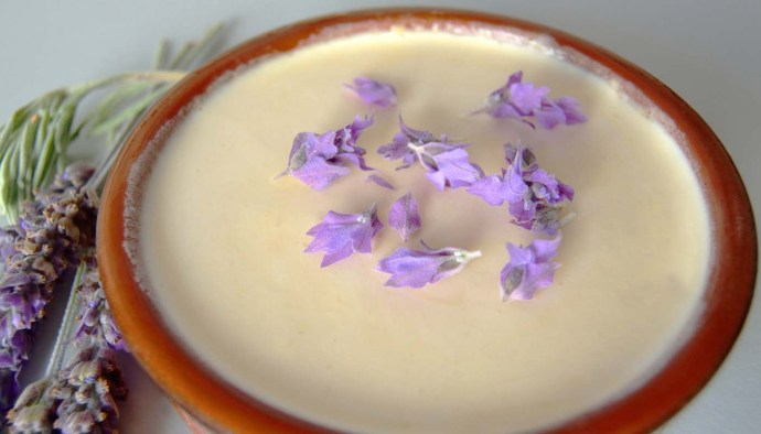 receta de natillas caseras al aroma de lavanda - receta de postres y duulces faciles y rapidos - recetas con flores - recetas realfooding o real food