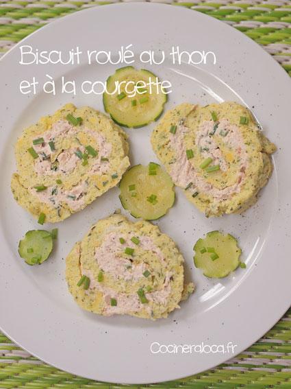 Rondelles de biscuit roulé salé à la courgette et au thon dans une assiette