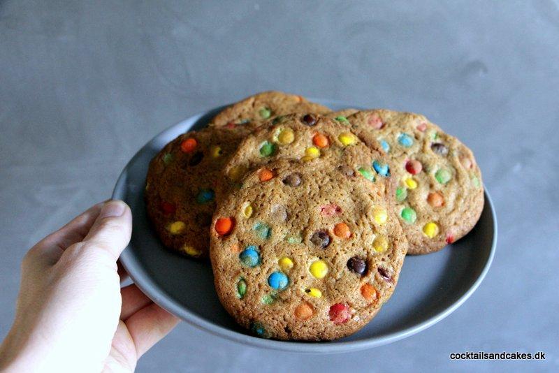 Cookies med chokoladeknapper og M&Ms