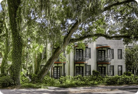 courtyard at the village inn and pub st simons hotel for destination wedding