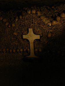 Kreuz mit Gebeinen