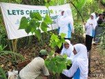 Students from Hithaadhoo helping us plant trees