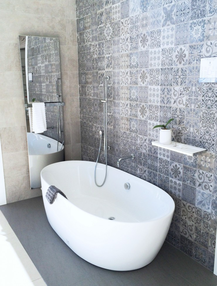 freestanding bathtub cococozy Posrcelanosa blue grey tile wall