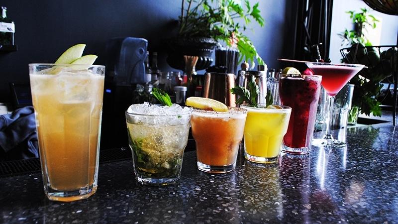 drinks-cocktails-bar-black-counter-romita-comedor-mexico-cococozy