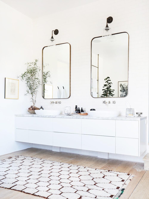 Perfect  bright white bathroom geometric rug wall mirrors