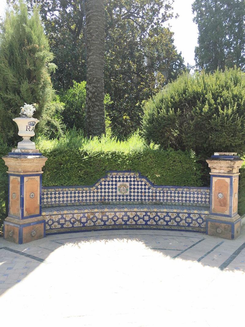 alcazar de sevilla spanish courtyard
