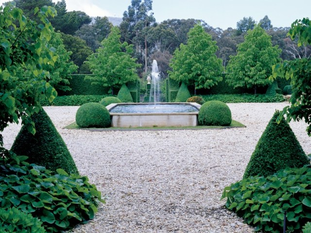 Australian garden with boxwood hedges and a fountain