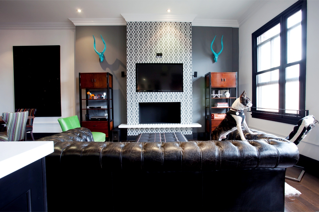 Living Room In Daniel Lowes Hollywood Loft With Tufted Leather Couch And Trellis Fretwork Gray Wallpaper