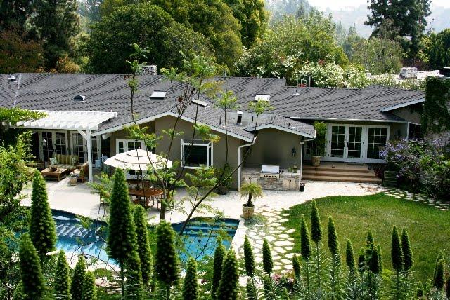 Linda Grasso of Shesez's California hillside home and backyard